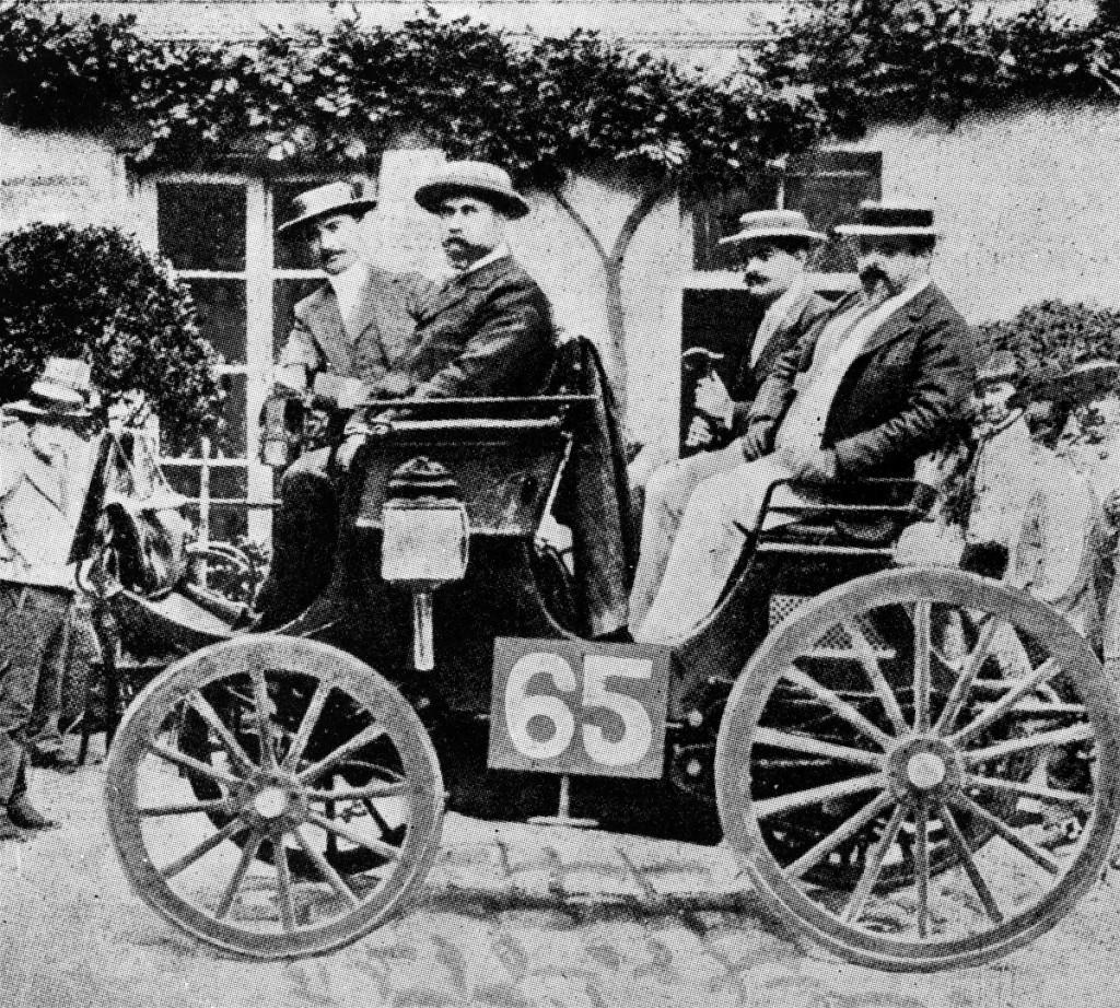 Dieser Peugeot mit Daimlermotor wird beim ersten Autorennen der Welt mit dem ersten Platz ausgezeichnet